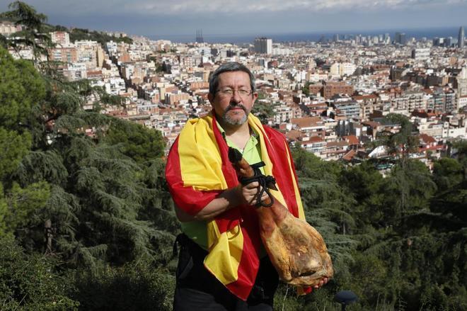 Javier Barraycoa, con el jamón que ha donado para próximas entregas.