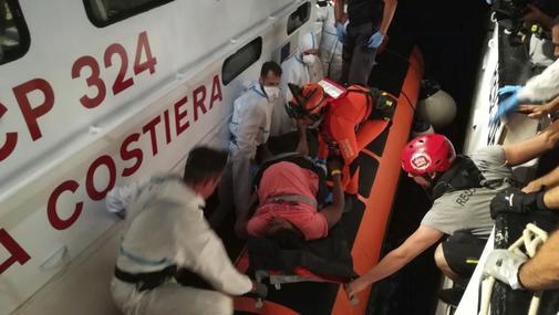 Momento en que la Guardia Costera italiana evacuó