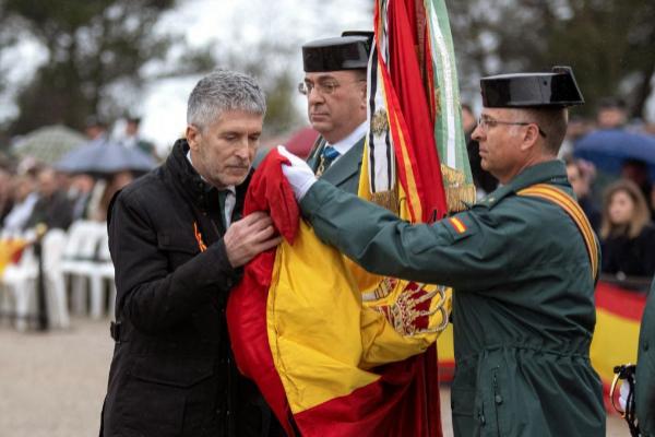Innenminister Fernando Grande-Marlaska küsst die Flagge ...