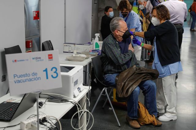 Un hombre recibe la vacuna, este viernes, en Madrid.