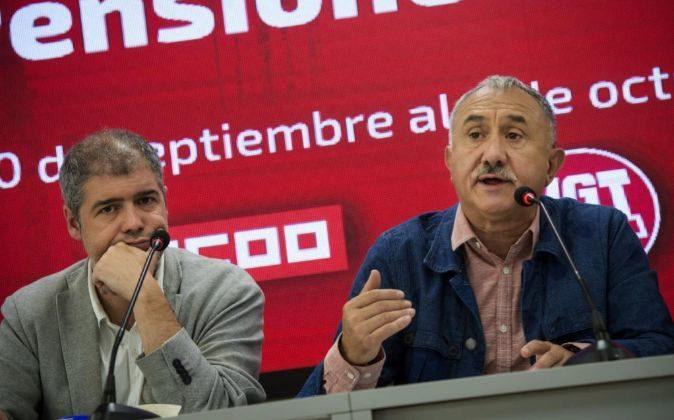 Los secretario generales de UGT y CCOO, Pepe Álvarez (d) y Unai Sordo...