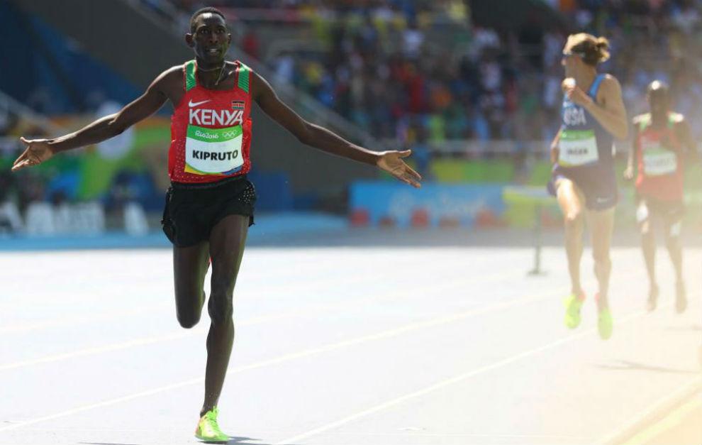 Kipruto celebra el oro en los 3.000 obstáculos.