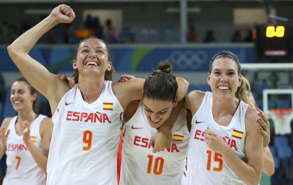 Laia Palau, Marta Xargay y Anna Cruz celebran una victoria.