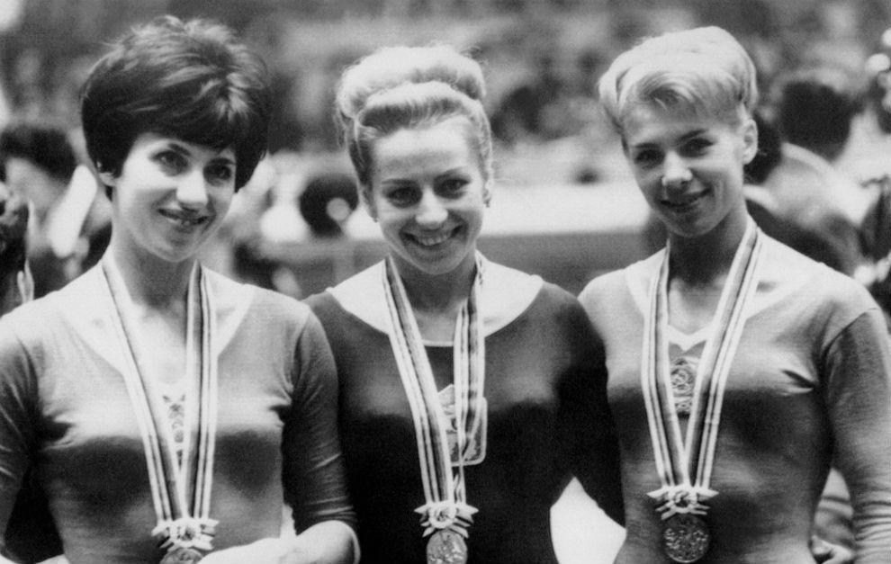 Vera Caslavska, en el medio, tras ganar el oro en los Juegos de Tokio...