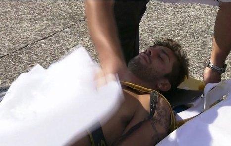 Iannone en camilla, a punto de ser trasladado al centro médico