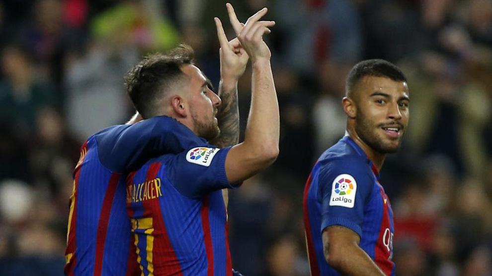 Пако Alcacer празднует свой первый официальный гол в качестве игрока ...