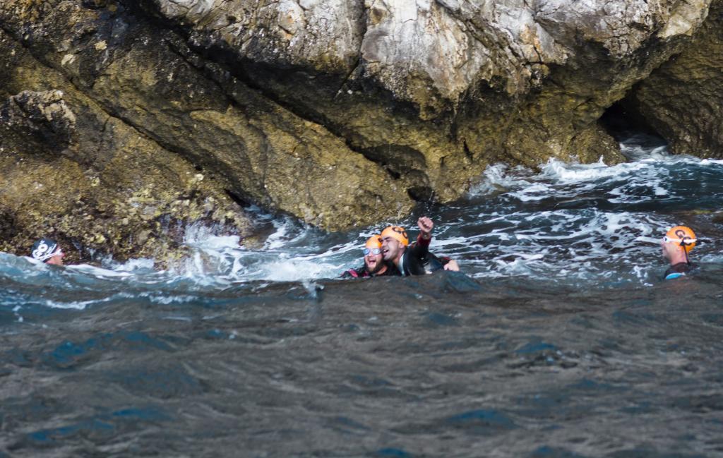 Enhamed celebrando el reto conseguido tras cruzar el Estrecho en 5...