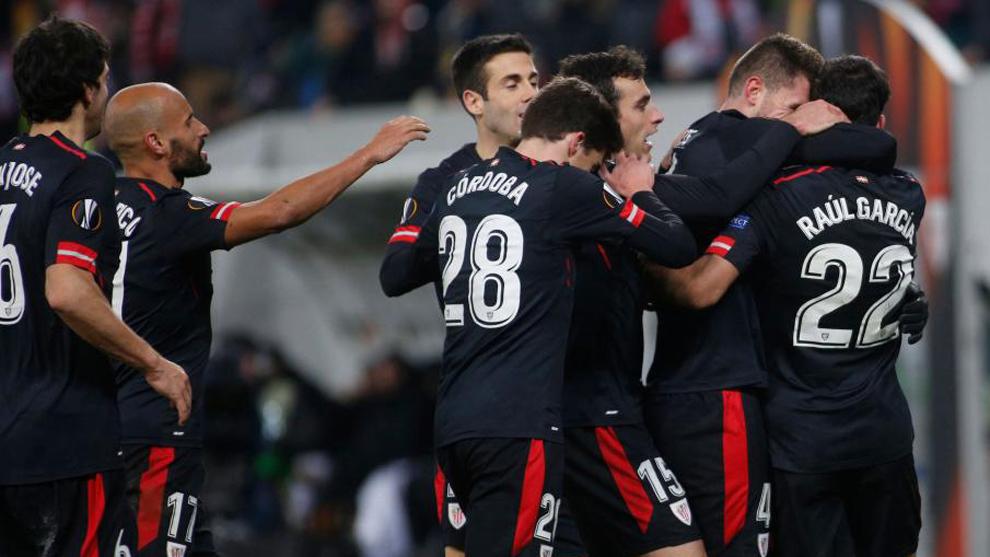 Los jugadores del Athletic celebran un gol en el partido contra el...