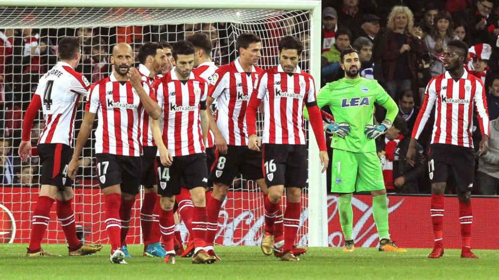 Los jugadores del Athletic, en el duelo frente al Eibar
