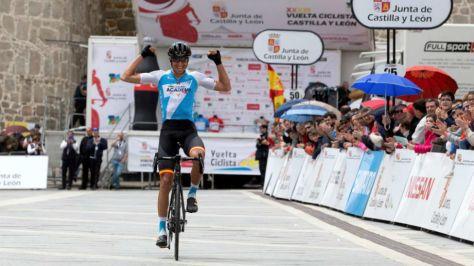 Rubén Plaza celebrado en meta su triunfo de etapa y general.