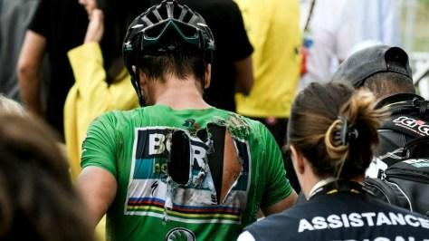 Sagan llegó con el maillot completamente destrozado.