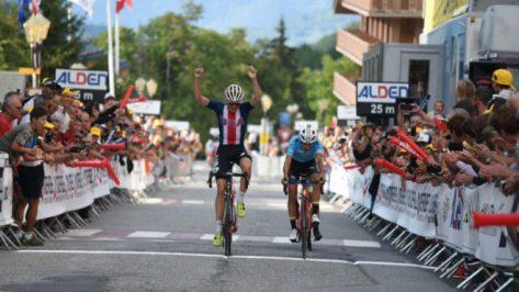 McNulty levanta los brazos al entrar en meta, con Sosa a su izquierda.