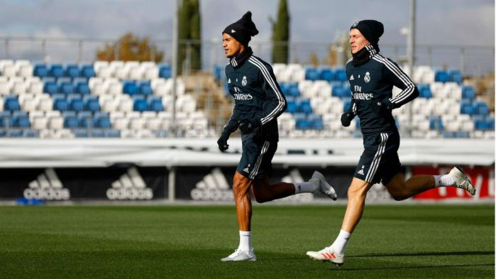 Varane sprinting with Kroos