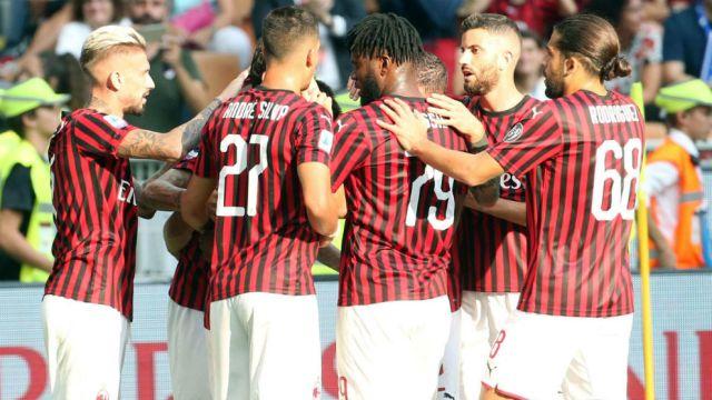 Los jugadores del Milan celebran el gol de Çalhanoglu (25).