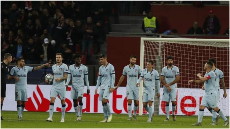 Los jugadores del Atlético con gesto serio en el partido contra el...