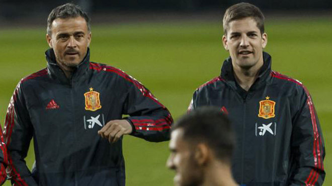 Luis Enrique and Robert Moreno, during a training