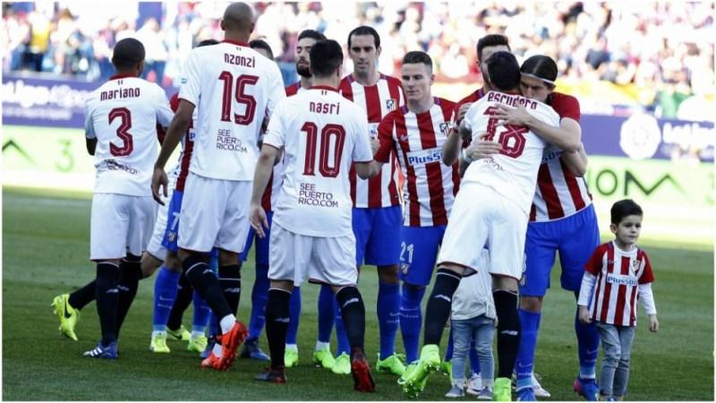 Los jugadores del Atlético y Sevilla se saludan en la temporada 16-17
