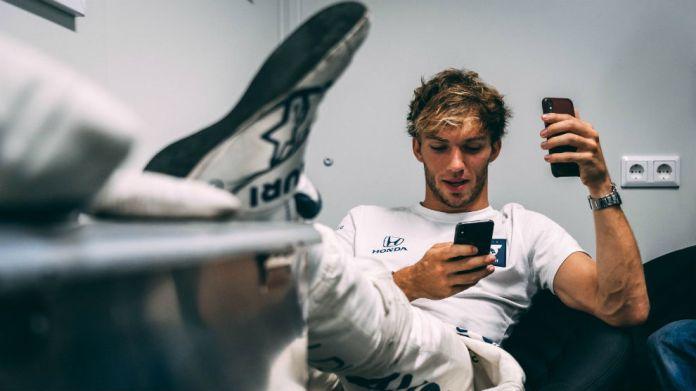 Gasly, contestando mensajes a dos manos tras su victoria en Monza.