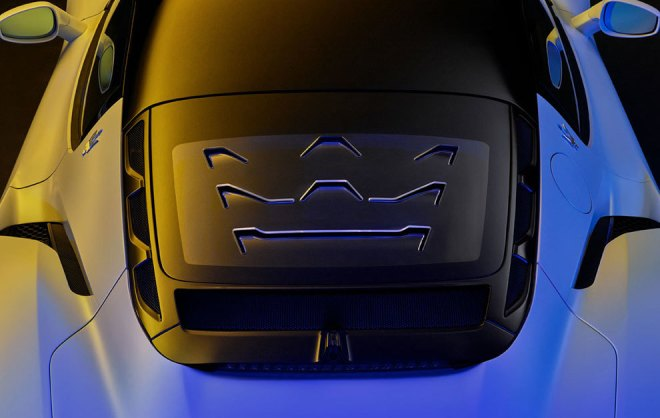 El tridente de Maserati aparece en las branquias de la luna posterior.