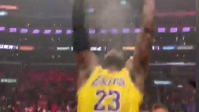 Momento en el que LeBron lanza al aire el polvo de tiza