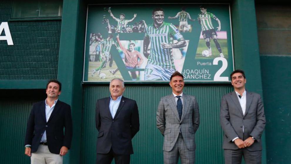 Catalan, Gordillo, Joaquín and Haro at the door
