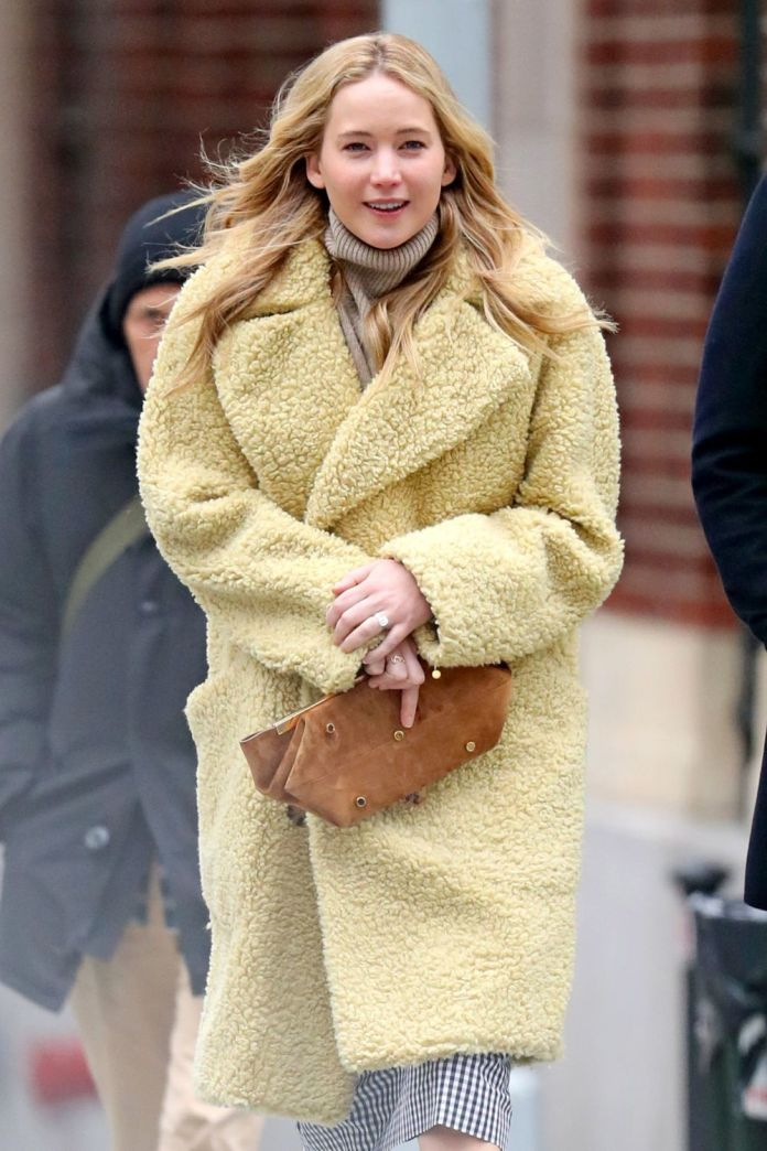 Jennifer Lawrence in the past month of December in New York to clean face.