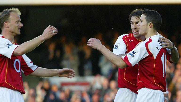 (Da sinistra) Dennis Bergkamp, Robert Pires e Robin Van Persie esultano dopo il primo gol di Arsenal - Everton 7-0. Foto: Getty Images.