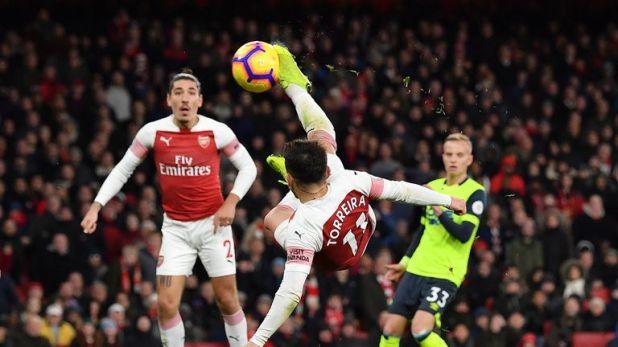 Lucas Torreira scores with an acrobatic effort