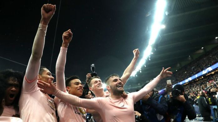 Manchester United players celebrate after beating PSG