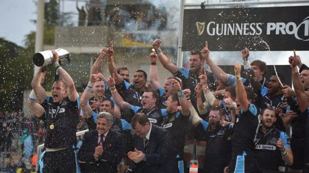 Warriors' Al Kellock lifts the PRO12 trophy after beating Munster in 2015