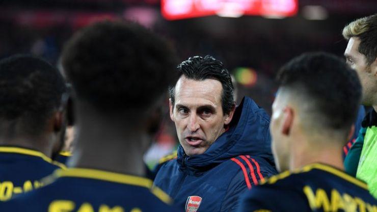 Unai Emery da instrucciones a sus jugadores en Anfield