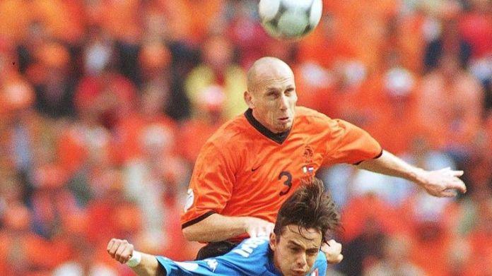 Stam walczy z Filippo Inzaghi w półfinale Euro 2000