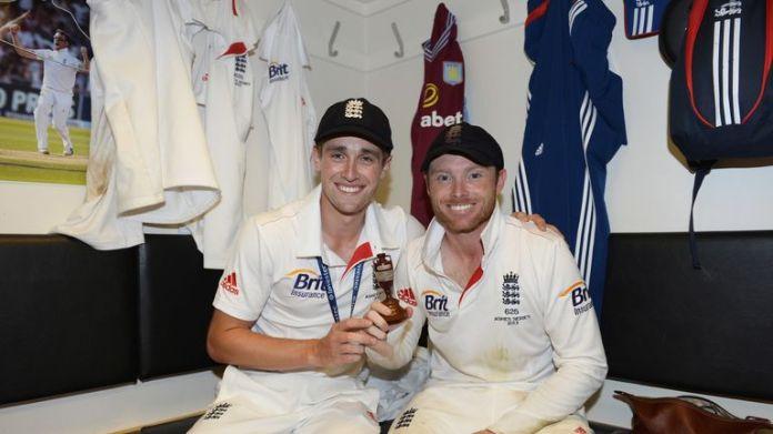 Woakes świętuje zwycięstwo Anglii Ashes w 2013 roku z kolegą z drużyny Warwickshire, Ianem Bellem