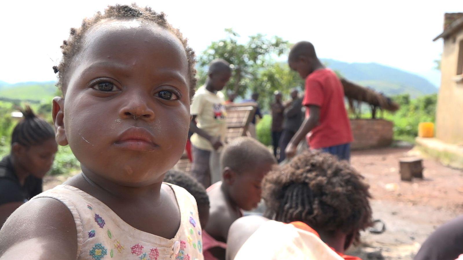 Η Μόνικα , 4 ετών , μαζεύει πέτρες με κοβάλτιο στα ορυχεία