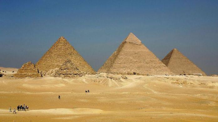 GIZA, ÄGYPTEN - 13. NOVEMBER: Die drei großen Pyramiden von Menkaure (L), von Khafre (C) und von Khufu tauchen über dem Horizont am 13. November 2004 in Giza, etwas außerhalb Kairos, Ägypten auf. Die drei großen Pyramiden von Gizeh, die von König Khufu in einem Zeitraum von 30 Jahren um 2.550 v. Chr. Erbaut wurden, gehören zu den größten Touristenattraktionen Ägyptens. (Foto von Sean Gallup / Getty Images) ....