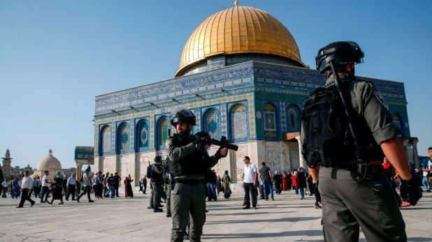 PALESTINIAN-ISRAEL-CONFLICT-JERUSALEM Israeli security forces hold position as they stand guard in front of the Dome of the Rock in the Haram al-Sharif compound in the old city of Jerusalem on July 27, 2017. Clashes erupted between Israeli police and Palestinians at the sensitive Jerusalem holy site on July 27, 2017 as thousands of Muslim worshippers entered to end a boycott of the compound over new Israeli security measures. The Palestinian Red Crescent reported 46 people wounded both inside th