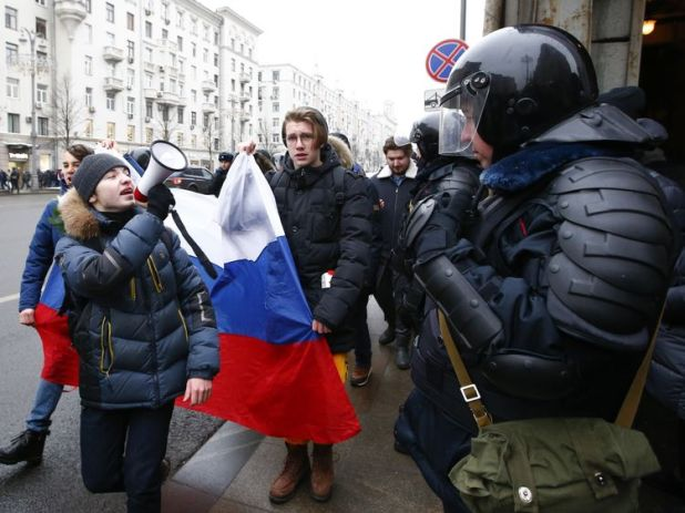 Protesters encounter riot police in Moscow