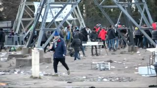Migrants in Calais  Migrants' desperate dash to catch lorries to the UK Ut HKthATH4eww8X4xMDoxOjA4MTsiGN 4221158