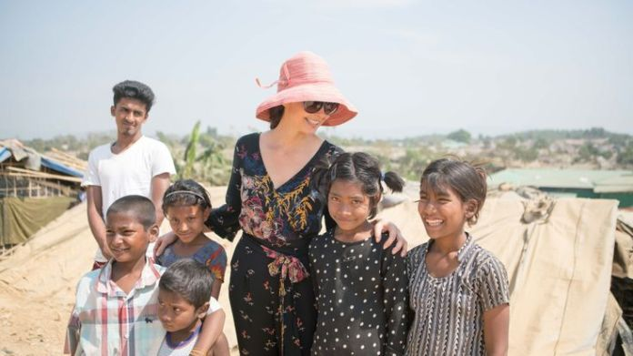 Ashley Judd with Rohingya refugees Ashley Judd's diary of life in a Rohingya camp Ashley Judd's diary of life in a Rohingya camp skynews rohingya ashley judd 4238019