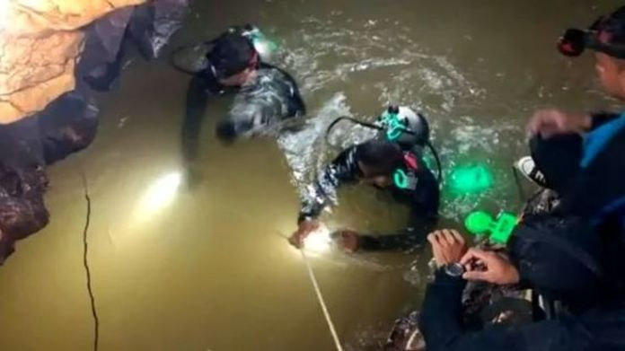Divers making their way through water in the tunnels of the complex  How the rescue operation unfolded skynews thailand cave divers 4349572