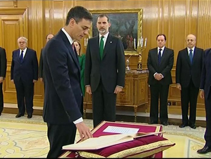 Pedro Sanchez is sworn in as PM in front of Spanish King Felipe VI Pedro Sanchez sworn in as Spanish PM after Mariano Rajoy ousted in no-confidence vote Pedro Sanchez sworn in as Spanish PM after Mariano Rajoy ousted in no-confidence vote skynews pedro sanchez felipe vi 4326277