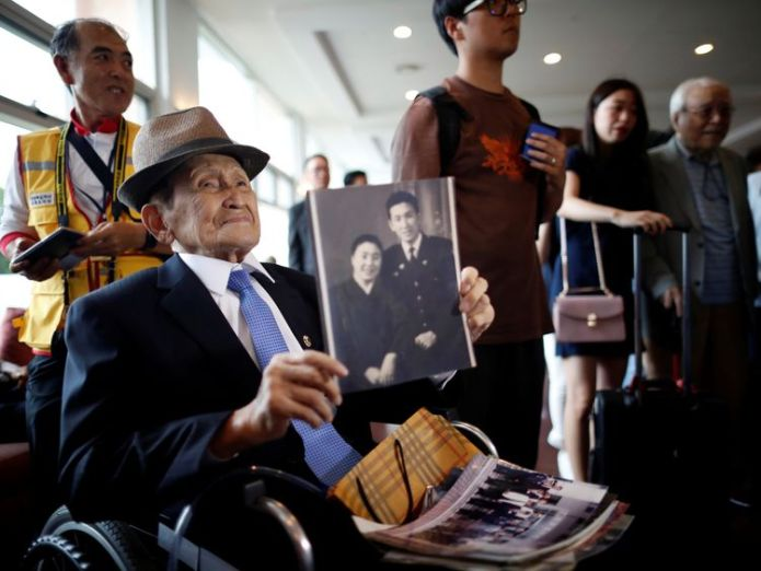 A man who has been selected as a participant for a reunion holds an old picture at a hotel used as a waiting place in Sokcho, South Korea, August 19, 2018. REUTERS/Kim Hong-Ji  Elderly South Koreans to reunite with relatives in North skynews south korea north korea 4395280