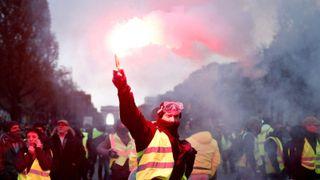 La policía francesa disparó cañones de agua y gases lacrimógenos contra los manifestantes de combustible en París