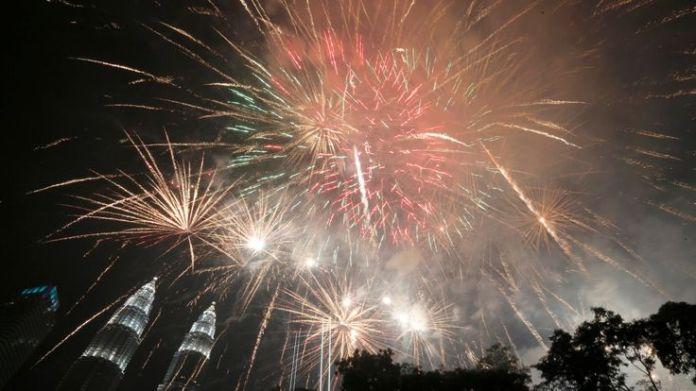 Fireworks explode near Petronas Twin Towers during New Year celebrations in Kuala Lumpur, Malaysia January 1, 2019. REUTERS/Lai Seng Sin