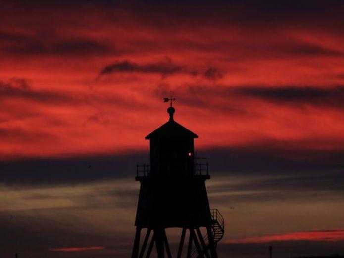Sonnenaufgang über dem Herden-Buhnen-Leuchtturm in South Shields