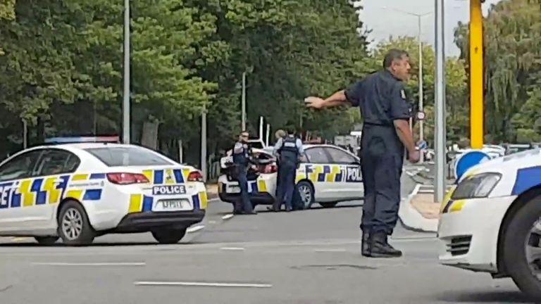 Polizei direkter Verkehr an einer Straßenkreuzung nach den Schießereien