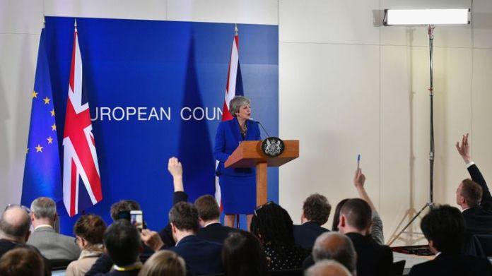 Theresa May prend la parole lors d'une conférence de presse au siège du Conseil de l'Union européenne à Bruxelles