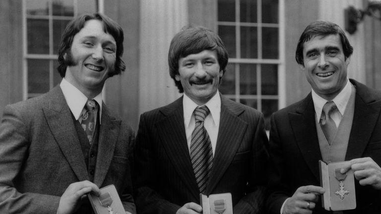 Tommy Smith après avoir récupéré son OBE en 1977 avec JPR Williams et Roger Taylor