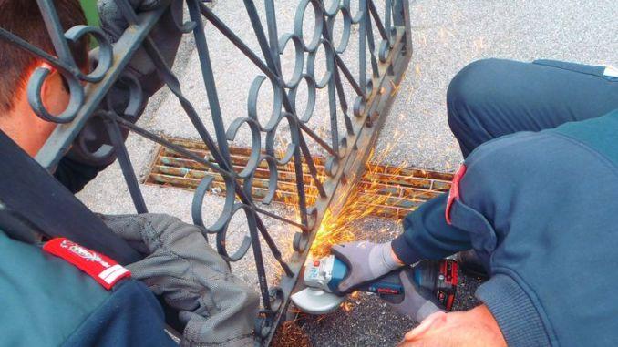 Hydraulic claws and an angle grinder set the hedgehog free. Pic: Facebook/ berufsfeuerwehrundsicherheit