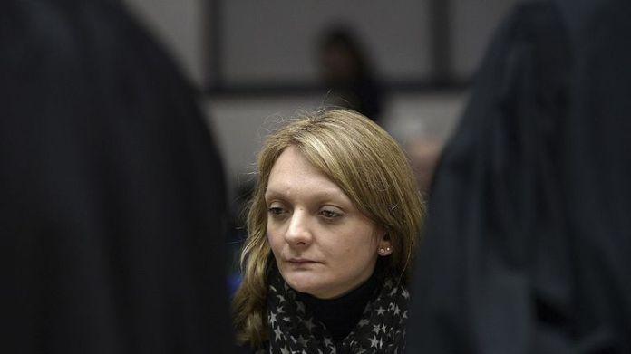 Die 33-jährige Rachel Lambert schaut vor der Anhörung im Fall ihres Mannes, eines querschnittsgelähmten Mannes, der sich derzeit in einem Krankenhaus in Reims am Europäischen Gerichtshof für Menschenrechte in der ostfranzösischen Stadt Straßburg in künstlicher Lebenserhaltung befindet, zu 7. Januar 2015.